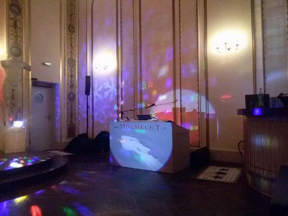 william Dresden - Schauspielhaus _ Pianist Sänger DJ HochzeitsDJ Musiker für Geburtstag Live-Musik Band Party DJ HochzeitsDJ Hochzeitssänger Klavierspieler Hochzeitspianist Pianomusik Klavierspieler für Hochzeit und Feier Mundharmonika Dresden Sachsen deuschlandweit Mundharmonikaspieler