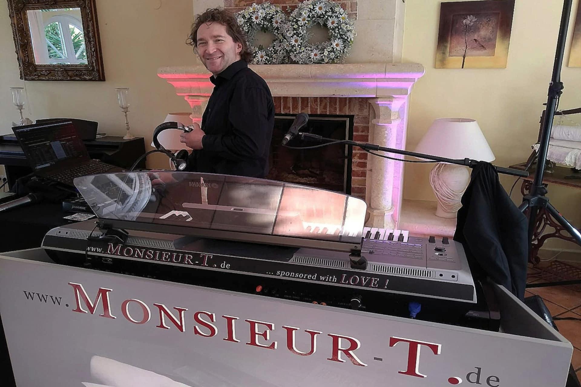 Monsieur T. Pianist Sänger DJ Kleine Einkehr